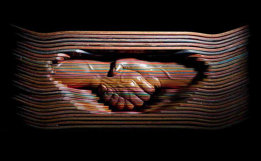 スケートボードの板から作品を生み出すアーティストHaroshi