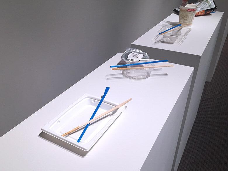 渡邉 朋也《荒んだ食卓を極力なおそう》京都市立芸術大学ギャラリー@KCUA 2015年 プラスチック容器/割り箸/3Dプリンタ出力したPLA素材