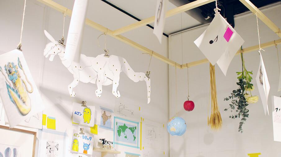 「小林賢太郎がコントや演劇のためにつくった美術 展」で生の手仕事に触れる