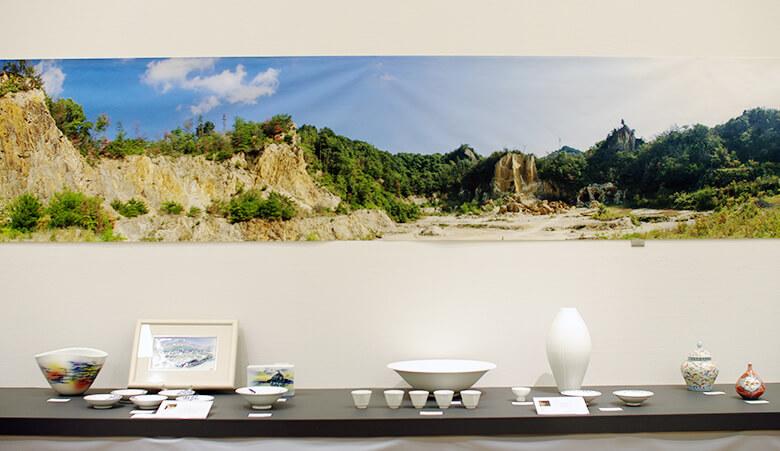 有田焼に使用される白い陶石が初めて発見された泉山の写真が壁面に。
