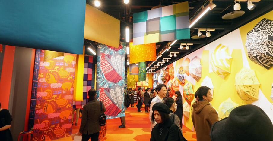 冬をカラフルに彩る「鈴木マサルのテキスタイル展 目に見えるもの、すべて色柄」