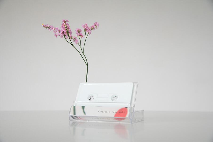 日常に花と音楽を。波佐見焼でつくられたカセットテープ型の一輪挿し