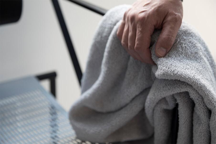 拭いて、洗って、乾かして。使い込むほどふっくら育つ「育てるタオル」