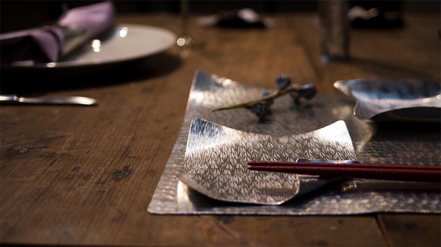 紙のように自由自在に形を変える錫のお皿「すずがみ」