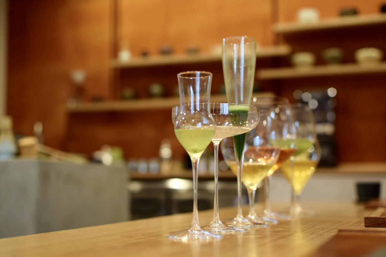 茶匠が選ぶ九州のお茶を、職人が作るワイングラスで味わう。お茶×ワイングラスの新しい体験